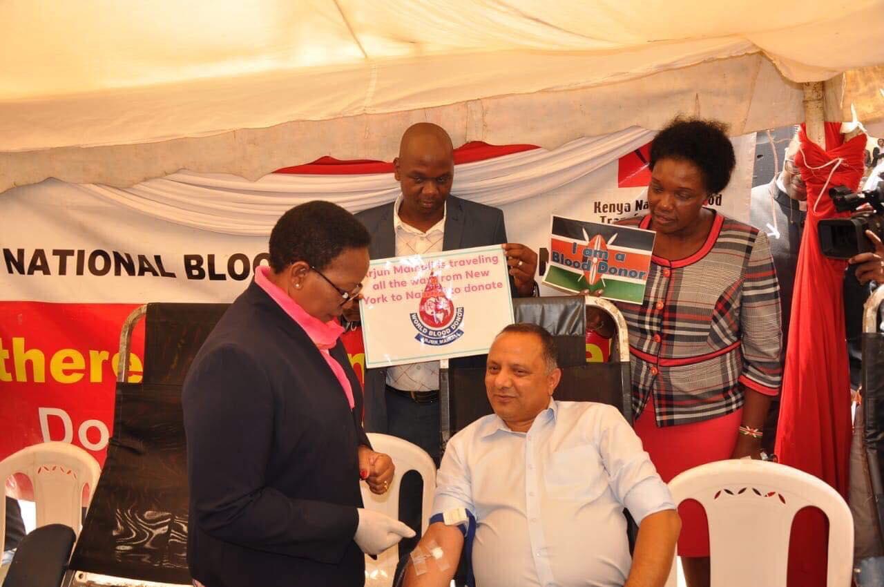 मैनालीद्धारा केन्यामा रक्तदान : मन्त्रीद्धारा सम्मान