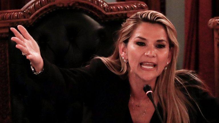 जब महिला सिनेटरले आफैँलाई राष्ट्रपति घोषणा गरिन्