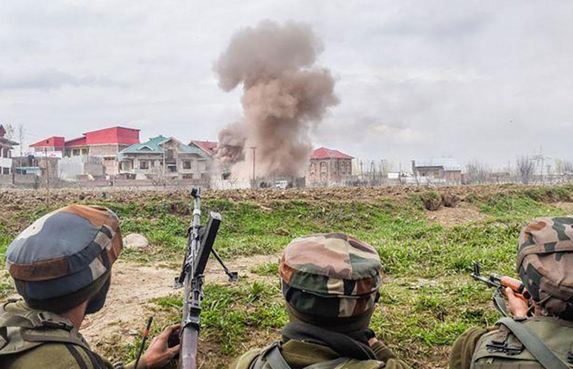 कश्मीरमा भिडन्त, चार सैनिक मारिए