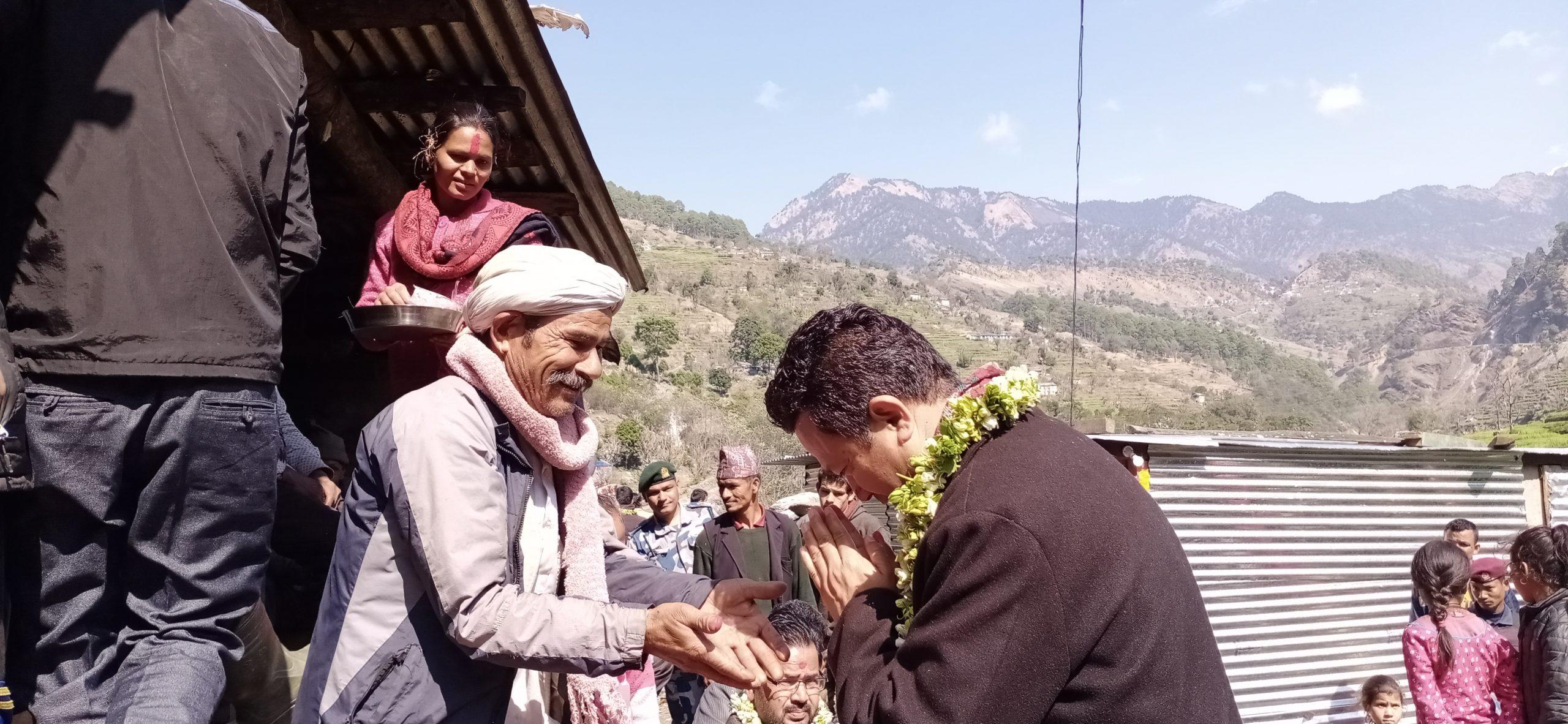 मन्त्री शाह हरेक महिना मतदाताको घरदैलोमा